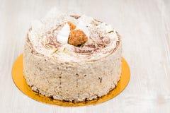 La torta de esponja en la tabla Imagen de archivo libre de regalías