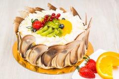 La torta de la fruta en la tabla Fotografía de archivo