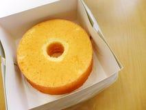 La torta de gasa adentro saca la caja Foto de archivo libre de regalías