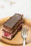 La torta de la fruta con el chocolate sirvió en la placa Fotos de archivo