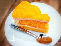 La torta de la mandarina sirvió en un plato plástico Fotos de archivo