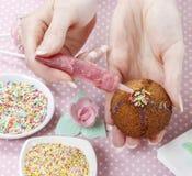 La torta de la mujer que adorna estallidos con colorido asperja Foto de archivo libre de regalías