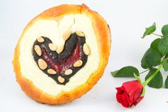 La torta de la tarjeta del día de San Valentín con subió fotografía de archivo libre de regalías