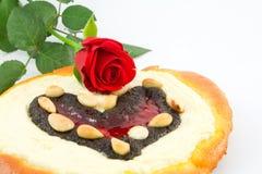 La torta de la tarjeta del día de San Valentín con subió foto de archivo