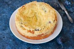 La torta de la migaja de la harina de maíz con el relleno del atasco del ciruelo sirvió en un blanco imagen de archivo libre de regalías
