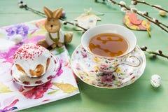 La torta de Pascua, té, caramelo con el gatito-sauce ramifica imagenes de archivo