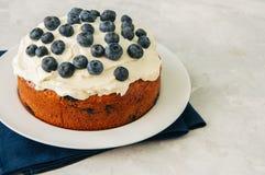 La torta del arándano de la crema agria sirvió en una placa en un CCB blanco de la piedra Fotografía de archivo libre de regalías