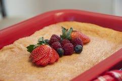 La torta del canela con la fruta adorna Fotos de archivo libres de regalías