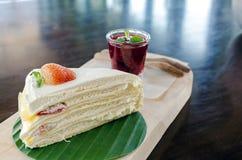 La torta del crepé de la fresa en la placa de madera y alista a servido Imágenes de archivo libres de regalías
