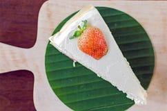 La torta del crepé de la fresa en la placa de madera y alista a servido Imagenes de archivo