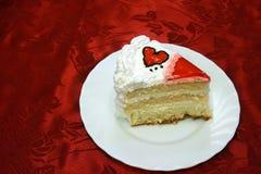 La torta del día de tarjeta del día de San Valentín con los corazones rojos de la jalea cutted Fotografía de archivo libre de regalías