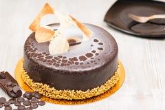 La torta del esmalte del chocolate con la placa en la tabla Imagenes de archivo