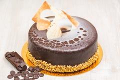 La torta del esmalte del chocolate en la tabla Fotos de archivo