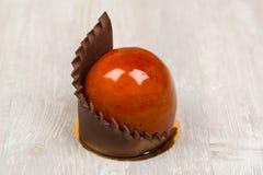 La torta del esmalte del chocolate en la tabla Imagenes de archivo