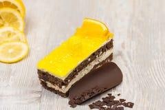 La torta del limón en la tabla Imagen de archivo