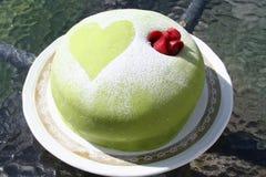 La torta del marzapane con è aumentato Fotografia Stock Libera da Diritti
