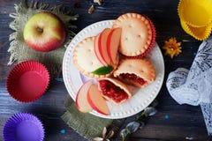 La torta del mollete de la baya de la cesta con la tabla de madera de la vida del atasco de la manzana todavía adornó las cápsula Imagen de archivo libre de regalías