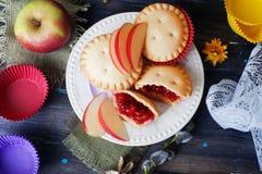 La torta del mollete de la baya de la cesta con la tabla de madera de la vida del atasco de la manzana todavía adornó las cápsula Imágenes de archivo libres de regalías