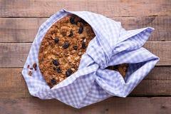 La torta del plátano con la harina de avena y el granola de las pasas rematan imagen de archivo libre de regalías