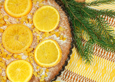 La torta del ` s del Año Nuevo con las naranjas y el abeto ramifican con la decoración de la Navidad Imagen de archivo
