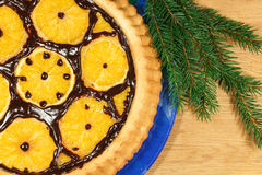 La torta del ` s del Año Nuevo con las naranjas y el abeto ramifican con la decoración de la Navidad Imágenes de archivo libres de regalías