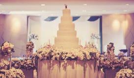 La torta del vintage adorna para la ceremonia de boda Foto de archivo libre de regalías
