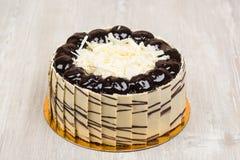 La torta deliciosa en la tabla Fotos de archivo