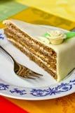 La torta di caffè con marzapane è aumentato sulla zolla con il cucchiaio Fotografie Stock