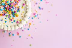 La torta di compleanno con spruzza immagini stock