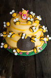 La torta di compleanno dei bambini sotto forma di un alveare con le api Fotografia Stock