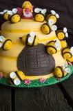 La torta di compleanno dei bambini sotto forma di un alveare con le api Immagine Stock Libera da Diritti