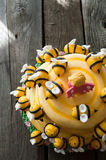 La torta di compleanno dei bambini sotto forma di un alveare con le api Immagini Stock