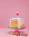 La torta di compleanno dell'arcobaleno con spruzza Immagine Stock Libera da Diritti