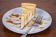 La torta di formaggio con caramella ha piovigginato Fotografia Stock