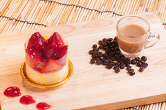 La torta di formaggio della fragola su legno Fotografia Stock Libera da Diritti