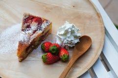 La torta di formaggio fresca della fragola fotografia stock