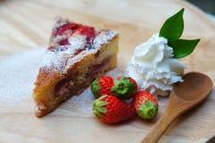 La torta di formaggio fresca della fragola fotografie stock