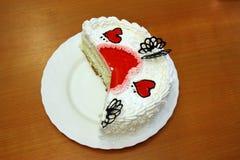 La torta di giorno del biglietto di S. Valentino con i cuori rossi della gelatina cutted Fotografia Stock Libera da Diritti