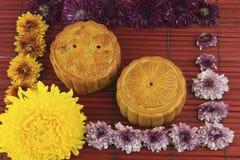La torta di luna è disposta sulle stuoie di bambù. Fotografia Stock