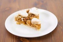 La torta di mele è servito in piatto di servizio di vetro immagine stock