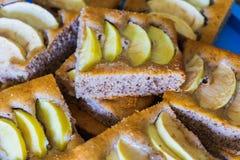La torta di mele incide le fette fotografie stock