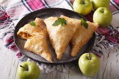 La torta di volume d'affari con le mele si chiude su su un piatto orizzontale Immagine Stock