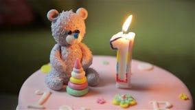 La torta, el bebé y la madre de cumpleaños celebran el primer día de fiesta del cumpleaños