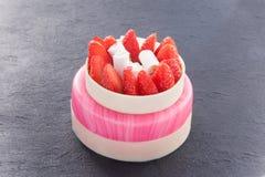 La torta elegante de la fresa en fondo de la pizarra streked el satinado rosado fotos de archivo