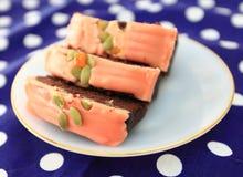 La torta es un pedazo en un plato blanco Foto de archivo