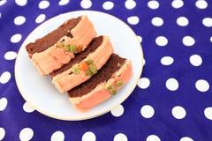 La torta es un pedazo en un plato blanco Foto de archivo libre de regalías