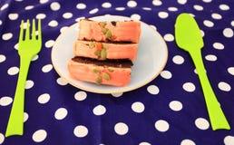 La torta es un pedazo en un plato blanco Imagen de archivo libre de regalías