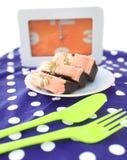La torta es un pedazo en un plato blanco Imagen de archivo