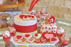 La torta especial, las galletas y las magdalenas de la tarjeta del día de San Valentín fotografía de archivo
