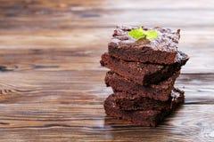 La torta húmeda del brownie con gusto oscuro rico del chocolate cortó y sirvió en rebanadas cuadradas imagen de archivo